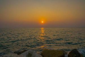 bunter Sonnenuntergang am Meer