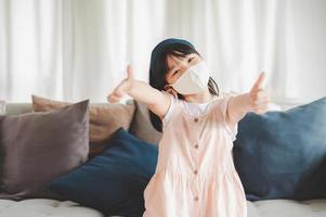 Geben Sie Daumen auf, während Sie eine Maske tragen