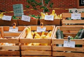 gelbes und grünes Gemüse auf brauner Holzkiste foto