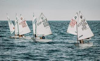 Spanien, 2020 - weißes Segelboot auf See während des Tages foto