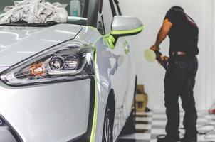 Mechaniker, der ein Auto detailliert
