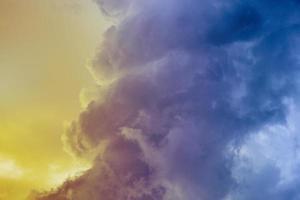 gelber lila und blauer Sonnenuntergang foto