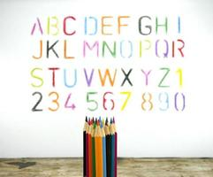 Buntstifte und ein Alphabet