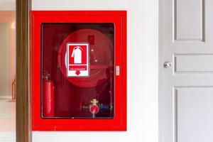 Feuerlöscher und Feuerwehrschlauch foto