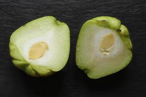 Chayote-Hälften auf Schwarz foto
