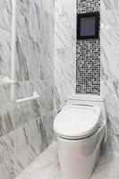 Bildschirm über der Toilette