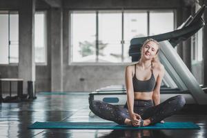 Frau streckt sich im Fitnessstudio