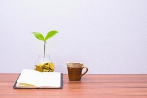Buch und Kaffeetasse auf dem Schreibtisch