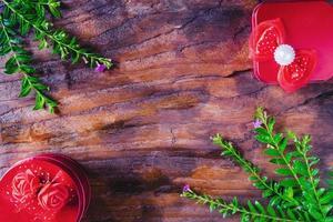 Geschenke und Pflanzen auf Holztisch