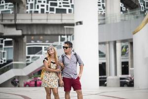 glückliches verliebtes Paar, das zusammen in der Stadt geht foto