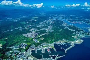 Luftaufnahme einer Stadt am Meer