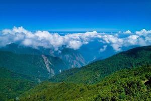grüne Berge und Wolken