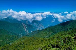 Wolken über grünen Bergen foto