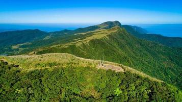 grüne Hügel und blauer Himmel foto