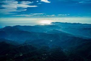 blaue Berge und Himmel