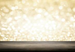 Holztisch mit Goldglitter-Bokeh-Hintergrund