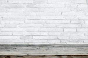 weißer Backstein und Holztischwerbehintergrund