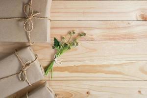 braune Pakete mit Blumen