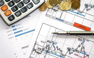 Finanzposten auf dem Schreibtisch