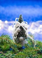geschmückter Miniatur-Weihnachtsbaum