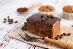 Schokoladenkuchen und Kaffeebohnen mit einer Gabel