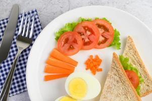 gekochtes Ei mit Tomaten und Karotten