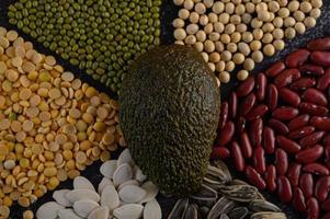 Hülsenfrüchte mit Avocado auf einem schwarzen Hintergrund