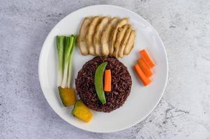 schwarzer Reis mit Kürbis, Erbsen, Karotten, Babymais und gedämpfter Hühnerbrust