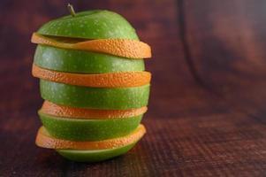 geschnittene Äpfel und Orangen in Schichten angeordnet