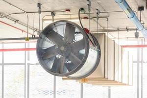 Ansicht des Parkplatzes des Ventilatorlüftungssystems, Bauarbeiten.