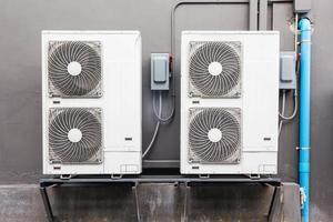 Viele externe Luftkompressoreinheiten sind außerhalb des Gebäudes installiert foto