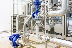 Metallplatte in Wärmeaustauschmaschine und Pumpe in der Lebensmittelindustrie foto