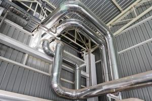 Industriegebiet, Stahlrohrleitungen, Ventile und Leitern foto
