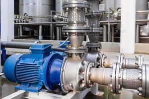 Wasserpumpe und Flexschläuche aus rostfreiem Wassertank für den industriellen Einsatz. flexibler Schlauch für Sanitärsysteme und zur Reduzierung zwischen Pumpe und Rohren. foto
