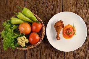 gebratene Hähnchenschenkel mit Sauce foto