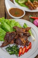 Rindfleisch gebratenes thailändisches Essen mit Frühlingszwiebeln, Limette, Chili und Salat