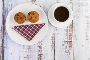 Bananen-Cupcakes gemischt mit Schokoladenstückchen und Kaffee foto