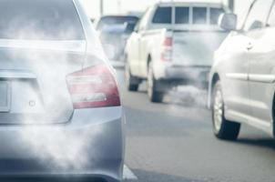 Autoabgase von Autos im Verkehr