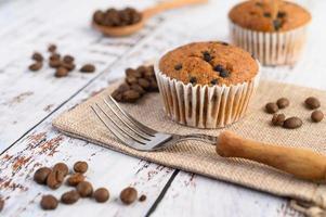 Bananen-Cupcakes gemischt mit Schokoladenstückchen auf einem weißen Teller foto