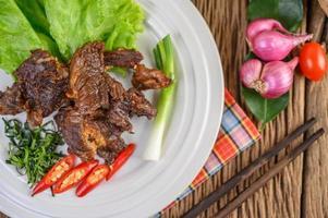 Rindfleisch gebratenes thailändisches Essen auf Holztisch