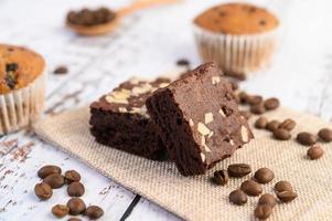 Schokoladen-Brownies auf einem Sack mit Kaffeebohnen