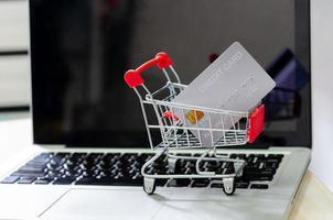 Kreditkarte in einem winzigen Einkaufswagen foto