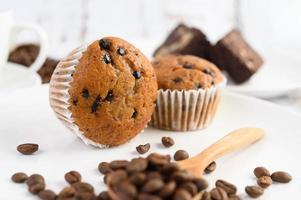 Bananen-Cupcakes gemischt mit Schokoladenstückchen und Kaffeebohnen foto