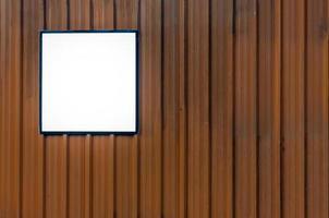verspotten Sie quadratisches Plakat auf einer orange Wand