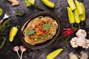 Spaghetti mit Muscheln mit Chilis, frischem Knoblauch und Pfeffer foto