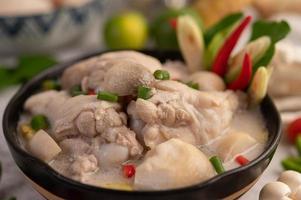 Hühner- und Kokosmilchsuppe