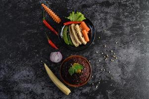lila Reisbeeren mit gegrillter Hühnerbrust, Kürbis, Karotten und Minze