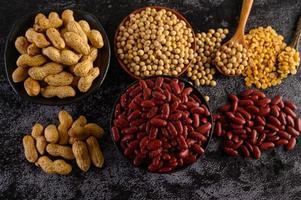 Hülsenfrüchte und Bohnen auf einer schwarzen Zementoberfläche foto