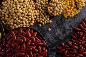 Hülsenfrüchte und Bohnen auf einer schwarzen Zementoberfläche