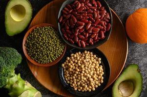 Hülsenfrüchte und Früchte auf dunklem Hintergrund foto